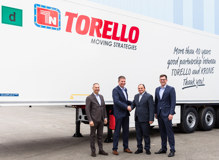 v.l.n.r.: Stefano Savazzi, Director Sales Realtrailer, Andreas Völker, Krone Director International Sales, Antonio Torello, Chief Transport Officer Torello Group and Maximilian Hunfeld, Krone Area Sales Manager.
